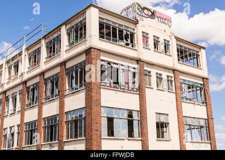 Vieux, démoli et ruiné: Bâtiments industriels avec des fenêtres cassées et graffiti Banque D'Images