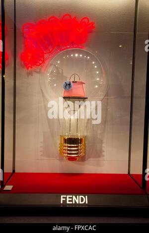 Fenêtre store de marque FENDI sac à Rome Italie, des boutiques de mode de  luxe made in Italy Banque D Images, Photo Stock  100154724 - Alamy f6ef0b75d27