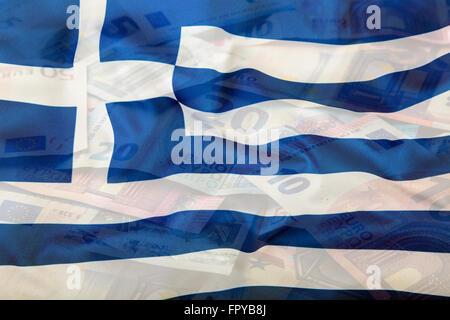 Drapeau de la Grèce. Euro argent. Devise Euro. Agitant coloré Grèce drapeau sur un fond monétaire de l'euro. Banque D'Images