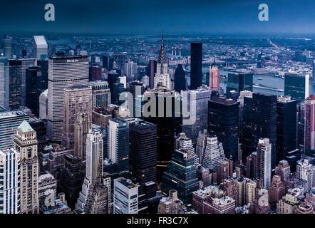 Vue depuis l'Empire State Building à nord-est avec le dessus du Chrysler Building visible, New York City, USA Banque D'Images