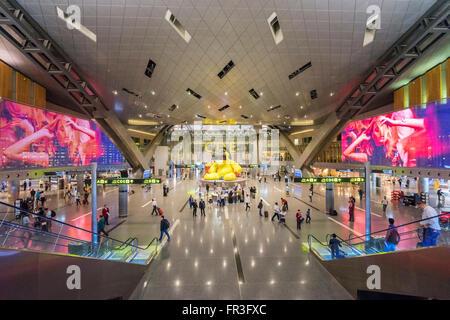 Intérieur de l'aérogare moderne à l'Aéroport International Hamad nouveau à Doha Qatar