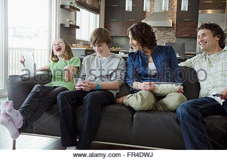 Passer du temps en famille et profiter de la technologie Banque D'Images