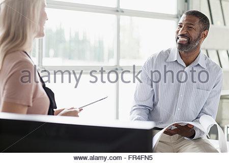 Deux collègues partageant un rire de l'office Banque D'Images