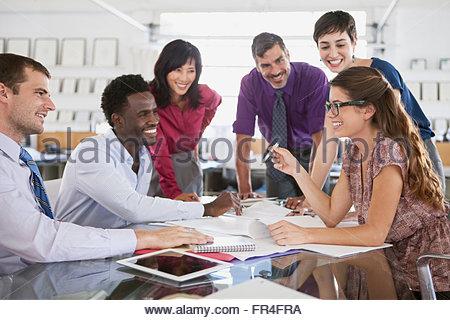Les jeunes femmes adultes présentant à des collègues Banque D'Images