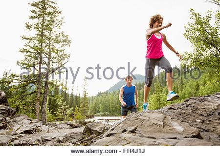 Couple running dans les bois ensemble Banque D'Images