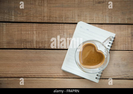 Tasse à café en forme de coeur sur table en bois-Selective focus point Banque D'Images
