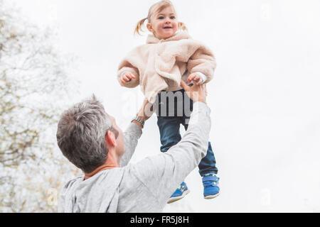 Père fille enfant de levage au-dessus Banque D'Images