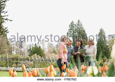 Femme mûre de discuter de plans d'aménagement paysager Banque D'Images