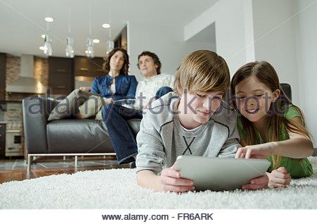 Soirée cinéma en famille et la technologie Banque D'Images