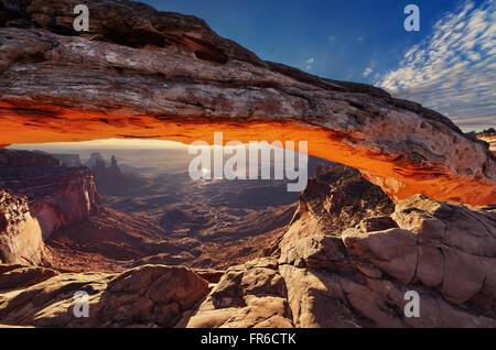 Mesa Arch au lever du soleil à Canyonlands National Park, Utah, USA Banque D'Images