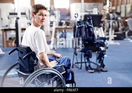 L'homme en fauteuil roulant pour la thérapie physique Banque D'Images