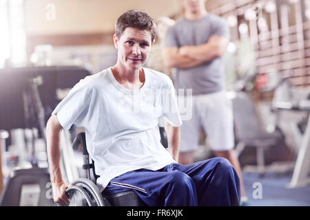 Portrait man en fauteuil roulant à la thérapie physique Banque D'Images
