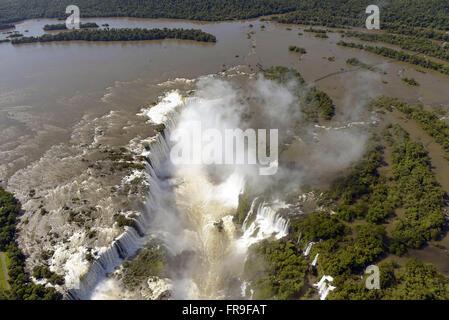Vue aérienne de la Gorge du Diable tombe dans le Parc National d'Iguaçu Banque D'Images