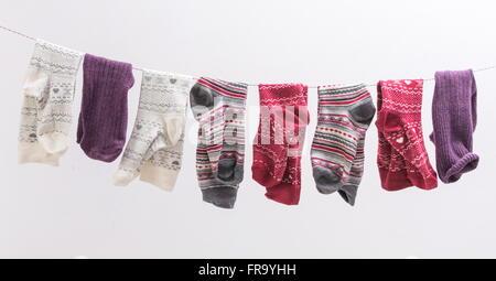 Chaussettes divers suspendu à un fil à l'intérieur Banque D'Images