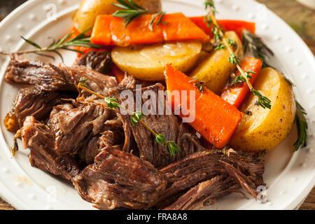 Mijoteuse maison Rosbif avec carottes et pommes de terre Banque D'Images