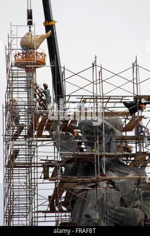 Réplique de la Statue de la liberté en construction en face de grand magasin Réseau Brésilien Banque D'Images
