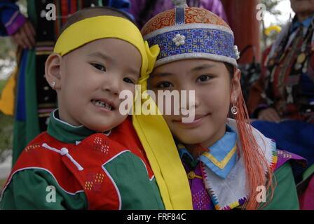 Mongolie - 13/07/2010 - Mongolie / Ulan Bator / Oulan-bator - Portrait d'enfants mongols dans leur tenue traditionnelle Banque D'Images