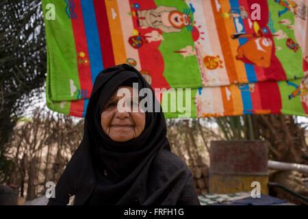 Portrait d'une 88 ans femme locale avec un fond de serviettes de séchage en Bairat, un village sur la rive ouest Banque D'Images