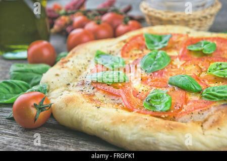 Pizza biologique avec des tomates fraîches Banque D'Images