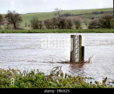 Niveau de la rivière de marqueur. Les niveaux de High River Banque D'Images