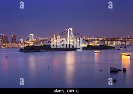 Pont en arc-en-ciel de Tokyo sur la baie de Tokyo à Tokyo, Japon. Photographié dans la nuit. Banque D'Images