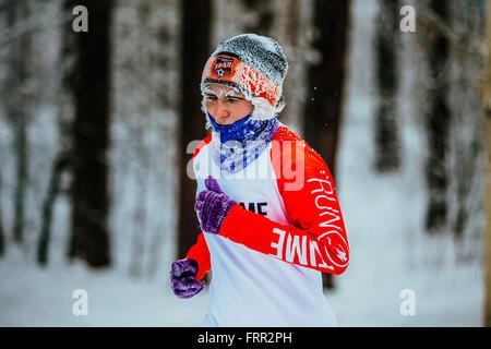 Face au gel en gros plan femme âgée athletes running par temps froid en hiver forêt en hiver marathon Chelyabinsk Banque D'Images