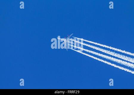 Les traînées d'échappement du moteur - cirrus aviaticus - formant derrière quatre-moteur à l'Airbus A340 avion contre Banque D'Images