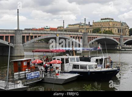 Des bateaux d'excursion et Manes Bridge, Prague. Banque D'Images