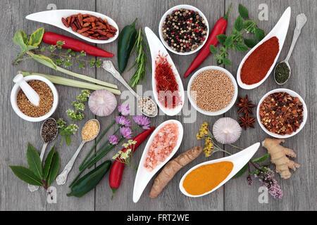 Fruits frais et secs des herbes et épices en difficulté sur l'échantillonneur fond de bois gris. Banque D'Images
