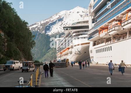 Skagway AK - 2 juin 2009: les bateaux de croisière ancrés dans le port de Skagway, en Alaska. Les passagers à pied Banque D'Images