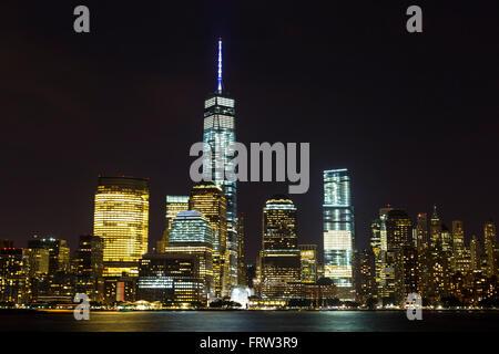 Vue sur Lower Manhattan skyline at night depuis Exchange Place à Jersey City, New Jersey Banque D'Images