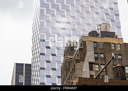 Contraste entre l'ancien et des bâtiments modernes à New York City, USA Banque D'Images