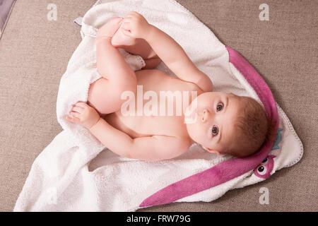 Baby Girl lying on serviette de bain Banque D'Images
