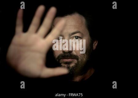 Portrait d'un homme montrant le geste d'arrêt Banque D'Images