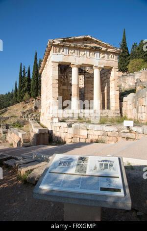 Le Conseil du Trésor des Athéniens dans le sanctuaire d'Apollon à 4ème siècle avant J.-C. les ruines de Delphi, Banque D'Images