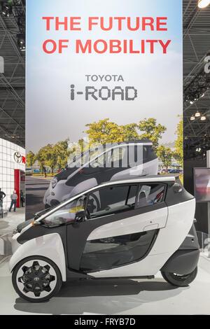 Manhattan, New York, USA. Mar 23, 2016. Le Toyota i-ROAD trois-roues à deux places, véhicule entièrement électrique Banque D'Images