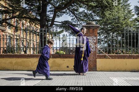 Zamora, Castille et Leon, Espagne. 24Th Mar, 2016. Un jeune pénitent et son père à pied à l'église avant de prendre Banque D'Images