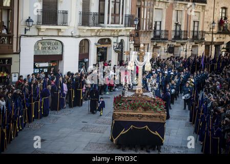 """Zamora, Castille et Leon, Espagne. 24Th Mar, 2016. Pénitents de la """"fraternité"""" de Vera Cruz portent un flotteur Banque D'Images"""