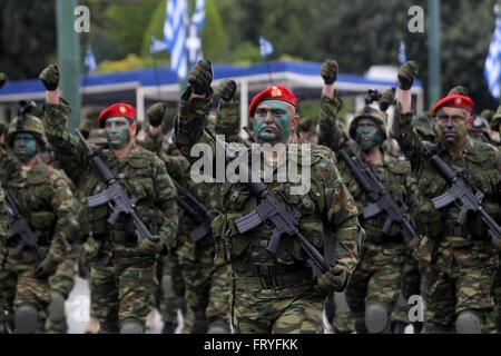 (160325) -- Athènes, 25 mars 2016 (Xinhua) -- Les soldats de l'armée grecque prendre part à l'indépendance Day Parade Banque D'Images