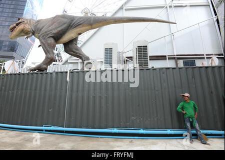 (160325) -- BANGKOK, 25 mars (Xinhua) -- un travailleur se tient sous un modèle de dinosaure dinosaure à Planète Banque D'Images