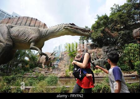 (160325) -- BANGKOK, 25 mars (Xinhua) -- Les visiteurs regarder les modèles de dinosaures dinosaure à Planète theme Banque D'Images