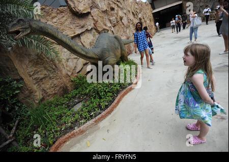 (160325) -- BANGKOK, 25 mars (Xinhua) -- une jeune fille ressemble à un modèle de dinosaure dinosaure à Planète Banque D'Images
