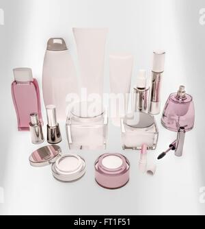 La cosmétique est situé sur un panneau lumineux. Banque D'Images