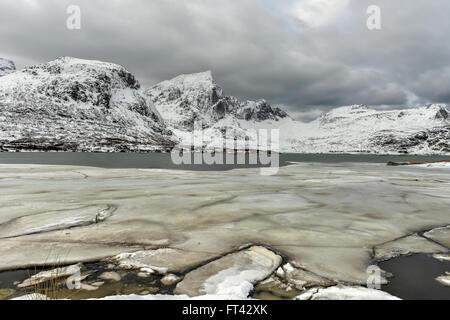 Flakstadoya dans l'îles Lofoten, Norvège en hiver sur un jour nuageux. Banque D'Images