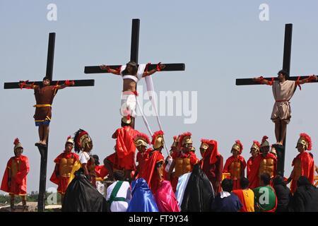 Pénitents catholiques la Crucification du Christ le Vendredi saint au cours de manifestations à San Fernando, Pampanga, Banque D'Images