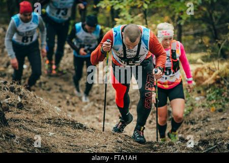 Un groupe d'athlètes en marche le long d'un sentier forestier dans la montagne en montagne marathon Banque D'Images