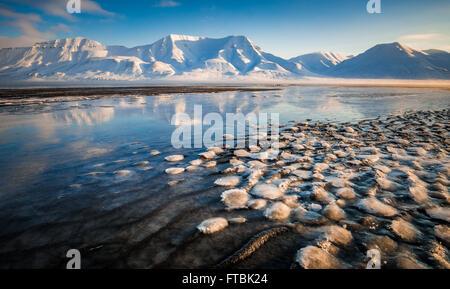 Lever du soleil sur les formations de glace Sjøskrenten Hiorthfjellet avec vue sur la plage, Longyearbyen, Spitsbergen, Banque D'Images