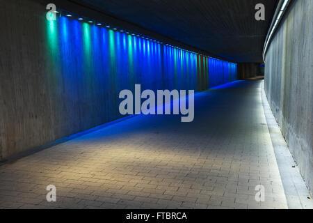 Tunnel en béton souterrain vide avec éclairage coloré Banque D'Images