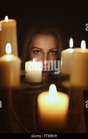 La chandelle sombre portrait d'une jeune femme . Concept surréaliste et gothique Banque D'Images