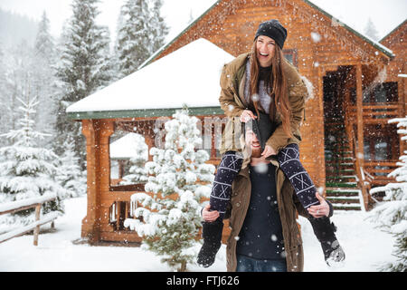 Funny happy young couple having fun together en hiver Banque D'Images